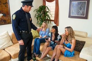 Policajt rozpustí dívčí mejdan u Brandi Love (HD porno)
