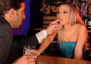 Pornokalendář DP 5.11 – Barmanka Miriam s okouzlujícím obchodníkem!