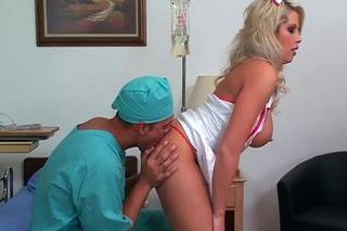 Přítulná zdravotní sestřička Brooke Haven