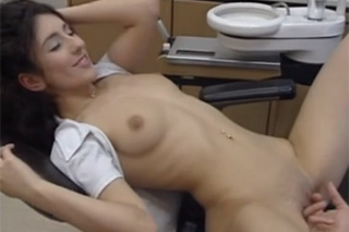 Půvabná brunetka se vyspí se svým doktorem