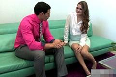 Realitní agentka Abby Cross šoustá se svým klientem