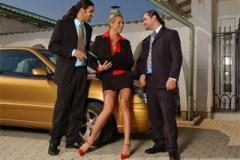 Realitní makléřka Mandy Bright a dva byznysmeni