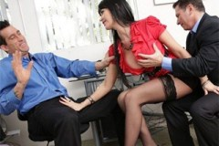 Šéf se podělí s VIP zákazníkem o svou sekretářku (Eva Karera)
