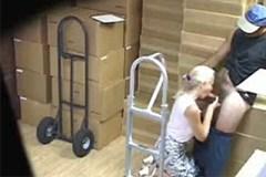 Skrytá kamera zachytí orální sex ve skladu
