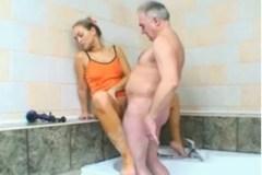 Vnučka podrží dědovi v koupelně – české incest porno