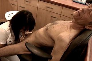 Začínající lékařka prcá se starším pacientem v ordinaci