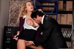 Zarputilý federální agent Tommy Gunn a přítulná sekretářka Corinna Blake!