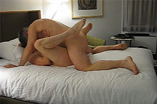 Zralý pár si natočí porno v hotelovém pokoji