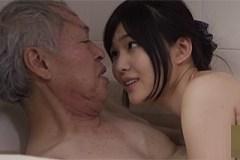 Midori Shino provozuje pissing ve vaně se svým starším učitelem klavíru