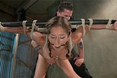 Spoutaná otrokyně stříká jak sprchový kout během drsných BDSM hrátek!