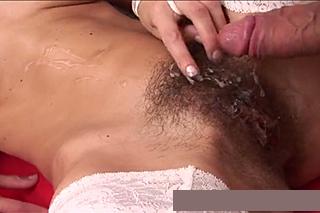 Frajer po jebačce pocáká chlupatou kundičku štíhlé brunetky