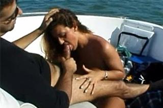 Milfka odmění frajera orálním sexem za výlet po řece!
