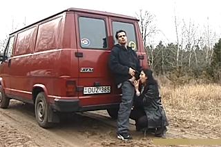 Nadržený pár si zašuká u silnice v zavazadlovém prostoru dodávky!