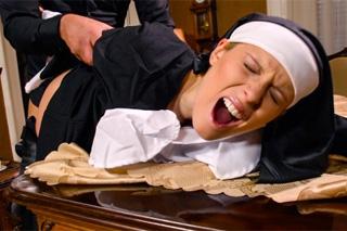 Hříšný sex, aneb kněz šoustá krásnou jeptišku!