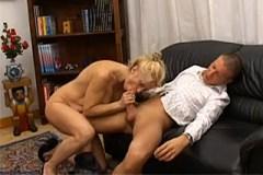 Sexy macecha se vrhne na penis nevlastního syna – rodinné porno