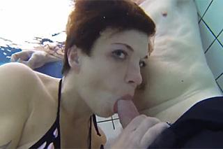 Pornokalendář DP 29.2 – Horymír zažije podvodní orálek v bazénu