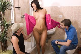 Česká panička Mandy Saxo a dva opraváři, aneb švédská trojka v koupelně!