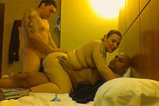 Dva muži šukají baculatou manželku kamaráda!
