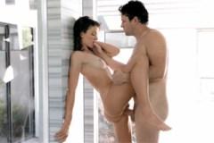 Pornokalendář DV 17.9 – Mokrá koupelnová erotika s brunetkou Naděždou