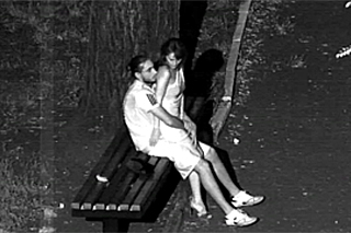 Sexuální laškování na lavičce pod rouškou noci – skrytá kamera