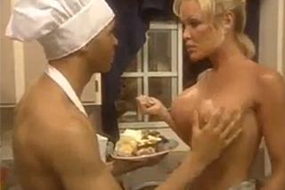Panička ošuká během šlehačkových radovánek dvorního kuchaře v kuchyni