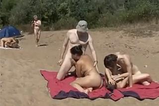 Tři amatérské páry dovádí na nudapláži!