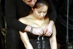 Asiatka Tigerr Benson mučená kolíčky i voskem! – BDSM porno