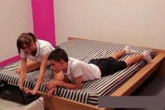Mladý španělský pár přenáší online soulož z ložnice
