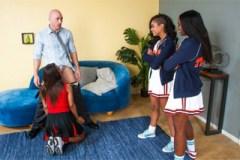 Plešatý tělocvikář šuká tři černé roztleskávačky (Ana Foxxx , Leilani Leeane a Skin Diamond)