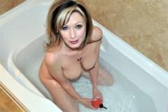 Shanda Fay: Koupelnový footjob kanadské milf!