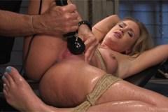 April Brookes prožije squirt při mučení – BDSM porno