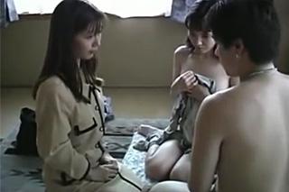 Student s macecou a spolužačkou – japonské rodinné porno
