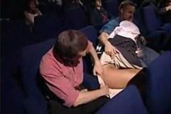 Jeptišku Lauru Angel šukají dva návštěvníci kina během promítání