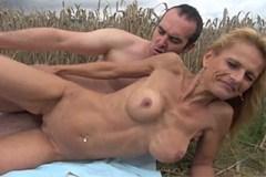 Nevěrná mamina šuká se sousedem v poli