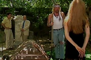 Pomstychtivá vdova mrdá s hrobníkem krátce po posledním rozloučení!