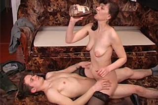Zvrhlá ruská učitelka Elizabeth opije a svede studenta!