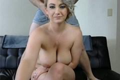 Prsatá blondýna dovádí před webkou s vousatým partnerem