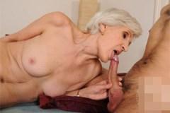Vitální babička Viviana prcá s mladším zajíčkem