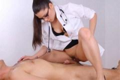 Dominantní doktorka Meana Wolf ukojí penis pacienta!