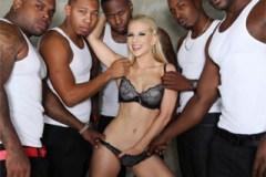 Interracial, aneb nevěrná blondýna Ashley Fires a pět černých klacků!