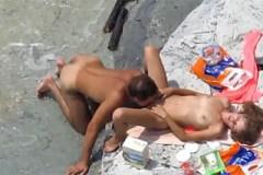 Nadržení amatéři sexují na kamenné pláži – skrytá kamera