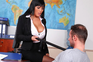 Sex na výslechu, aneb prsatá policistka Jasmine Black si vrzne!