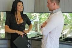 Svůdná realitní agentka Romi Rain prodá dům!