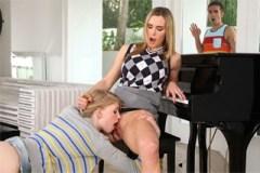 Učitelka klavíru v grupáči s nevlastní dcerou a jejím přítelem (Tanya Tate a Allie James)