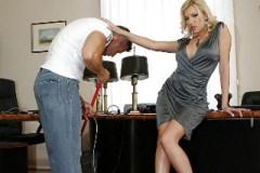 Nadržená šéfka šoustá v kanceláři s uklízečem! (Donna Bell)