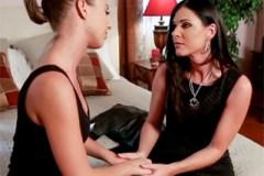 Opuštěná mamina skončí v posteli s mladou babysitterkou! (India Summer a Presley Hart)