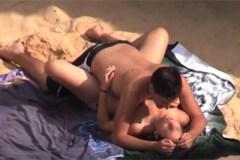 Borec zasune do přítelkyně na pláži – skrytá kamera