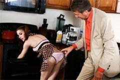 Starý zvrhlík análně ošuká nevlastní dceru v kuchyni! (Anna De Ville)