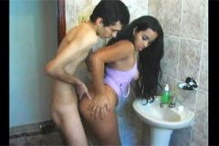 Hubený kluk opíchá latinskou spolubydlící v koupelně!