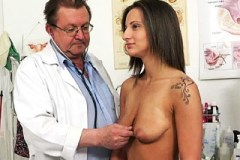 Pacientka Nicolette Noir šoustá v ordinaci s doktorem – české porno